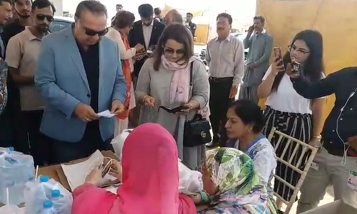 Governor Sindh Imran Ismail casts his vote in Karachi.— DawnNewsTV