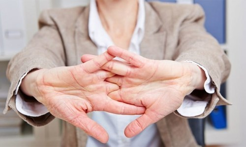 کیا انگلیاں چٹخانا جوڑوں کے درد کا باعث بننے والی عادت ہے؟