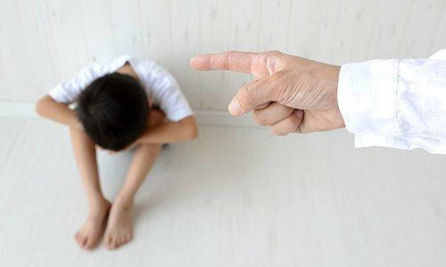اپنی عادت بدلیں اور بچوں کو غیر سماجی رویے سے بچائیں