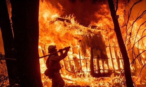 امریکا: ریاست کیلیفورنیا میں لگنے والی آگ بےقابو، ہلاکتیں 31 ہوگئیں