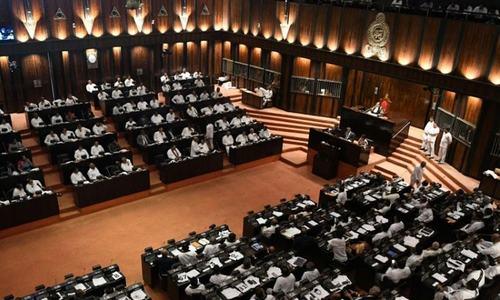 سری لنکا: پارلیمنٹ نے وزیراعظم کے خلاف تحریک عدم اعتماد منظور کرلی