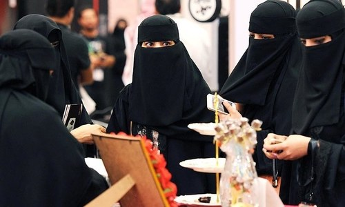 سعودی عرب کی خواتین کا 'الٹا عبایا' پہن کر منفرد احتجاج