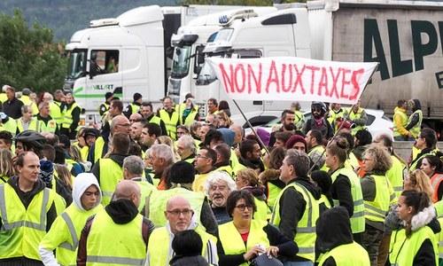 فرانس:پیٹرولیم مصنوعات کی قیمتوں میں اضافے کے خلاف احتجاج، خاتون ہلاک