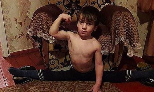 5 سالہ بچے کو حیرت انگیز کارنامہ انجام دینے پر قیمتی مرسڈیز کا تحفہ