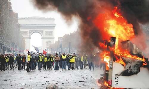 Protesters, police clash on Paris thoroughfare