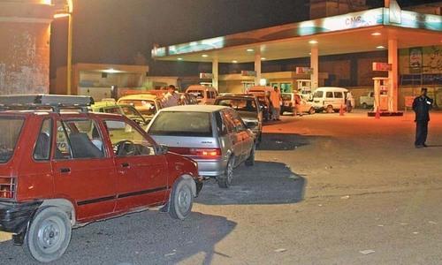گیس کی بندش ختم، کراچی میں سی این جی اسٹیشنز پر لمبی قطاریں