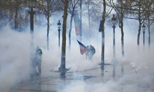 France's 'yellow vest' protests decline on decisive weekend
