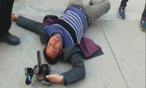 نواز شریف کے سیکیورٹی گارڈز کا کیمرا مین پر بہیمانہ تشدد