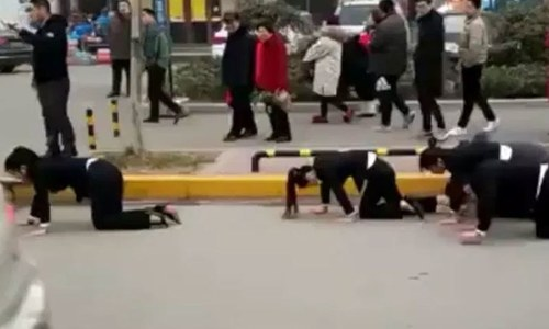 ملازمین کو 'گھٹنوں کے بل چلنے' کی سزا دینے والی چینی کمپنی زیر عتاب