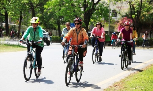 پشاور: احتجاج اور دھمکیوں کے بعد خواتین کی سائیکل ریلی منسوخ