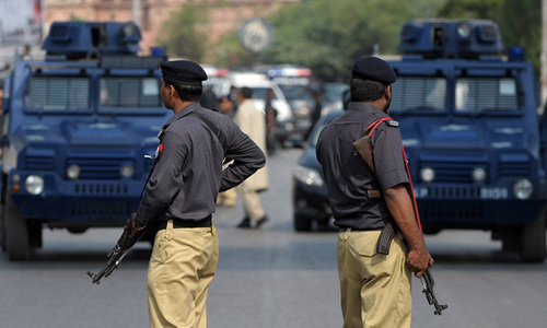 Couple caught in crossfire between police, suspects in Karachi