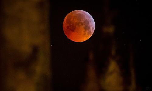 Total lunar eclipse woos sky watchers