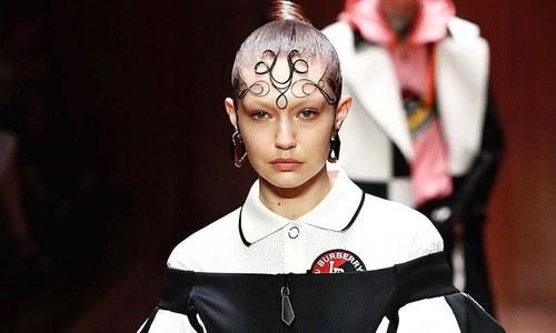 لباس کے بجائے جی جی حدید کے بالوں پر بحث