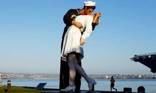مجسمے میں بھی مرد و خاتون کے بوسے پر اعتراض