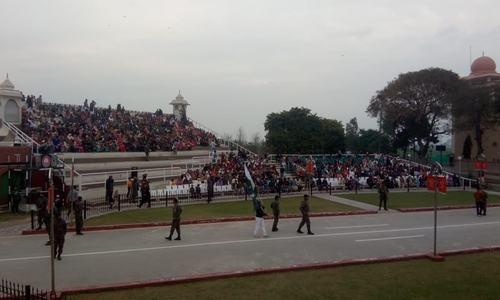 واہگہ بارڈر پر پرچم اتارنے کی تقریب میں بڑی تعداد میں پاکستانی موجود ہیں—فوٹو: رانا بلال