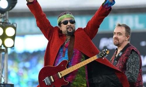 پی ایس ایل اختتامی تقریب،سلمان احمد کے قومی ترانے پر گٹار بجانے پر تنقید