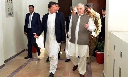 وزیراعلی پختونخوا وزیراعظم عمران خان کی بات کیوں نہیں مان رہے؟
