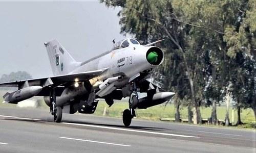 پاک فضائیہ کے جنگی طیاروں کی موٹروے پر مشقیں