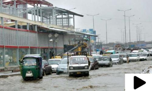 پشاور میں بارش سے شہر تالاب کا منظر پیش کرنے لگا