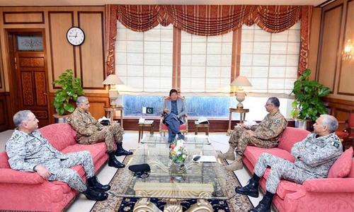 وزیراعظم کی فوجی سربراہان سے ملاقات، سیکیورٹی صورتحال پر تبادلہ خیال
