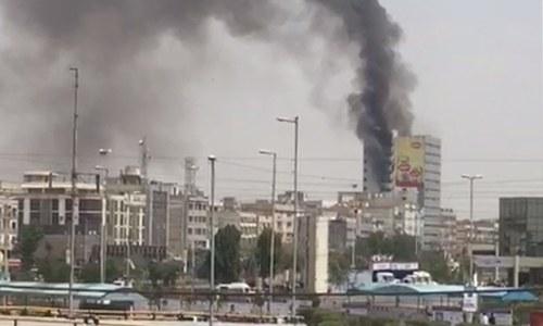 کراچی: عمارت میں آتشزدگی، جان بچانے کیلئے چھلانگ لگانے والا شخص جاں بحق