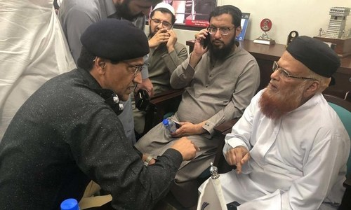 CM Sindh visits Mufti Usmani, slain guard's family after gun attack
