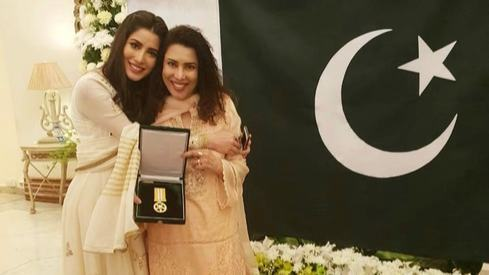Mehwish Hayat dedicates Tamgha-i-Imtiaz to 'all the other girls in Pakistan who have a dream'