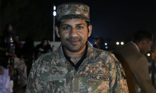 سرفراز احمد نے فوجی وردی پہن کر پی ایس ایل کی فتح کا جشن منایا