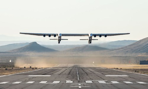 فٹبال گراؤنڈ سے بھی زیادہ بڑے طیارے کی پہلی پرواز