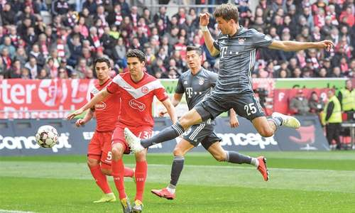 Bayern ease past Duesseldorf to reclaim top spot