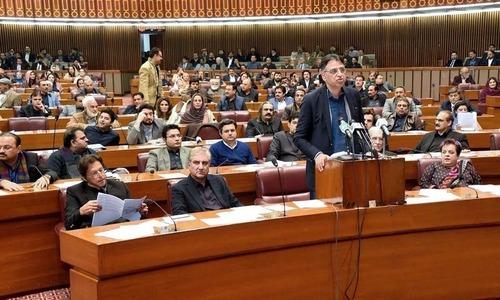 پی ٹی آئی رہنماؤں کی اسد عمر سے ان کے فیصلے پر نظرثانی کی درخواست