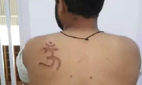 بھارت: پولیس نے مسلمان نوجوان کے جسم پر 'اوم' کا نشان بناکر ہندو قرار دے دیا