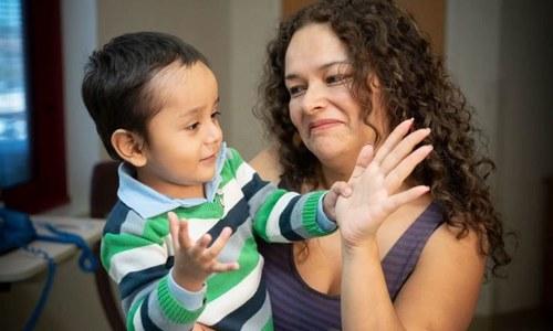 ماہرین کا ایچ آئی وی وائرس سے بچوں کی جینیاتی بیماری کا علاج کرنے کا دعویٰ