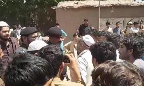 پشاور: اسکول کے 50 بچوں کی مبینہ پولیو ویکسین سے حالت غیر، والدین سراپا احتجاج