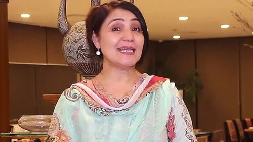 Veteran actor Shazma Haleem receives life achievement award, asks families to support female talent