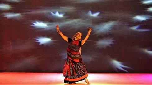 Sheema Kermani dedicates World Dance Day performance to Fehmida Riaz