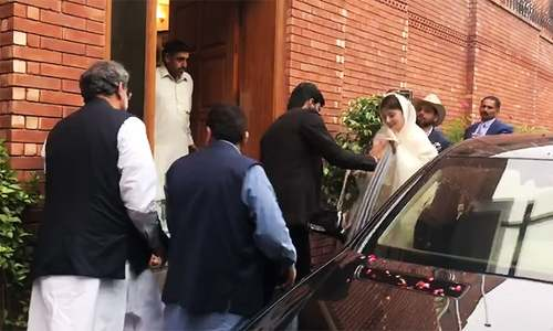 Maryam Nawaz's convoy arrives at Shahid Khaqan Abbasi's house in Islamabad, prior to the dinner. ─ Photo courtesy Javed Hussain