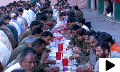 لاہور میں پولیس اہلکاروں کے لیے افطار