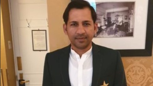 Sarfaraz Ahmed stands out in a white kurta while meeting the Queen of England