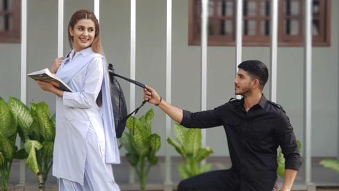 Mohsin Abbas Haider tries to woo Kubra Khan in telefilm Raja Ki Chandni