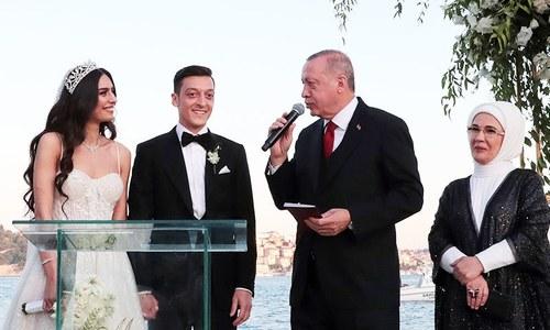ترک صدر جرمن فٹ بالر کے 'شہ بالا' اور شادی کے گواہ بن گئے