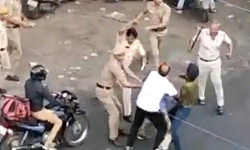 بھارت: گاڑی سے ٹکر پر پولیس اہلکاروں کا سکھ رکشہ ڈرائیور پر بہیمانہ تشدد