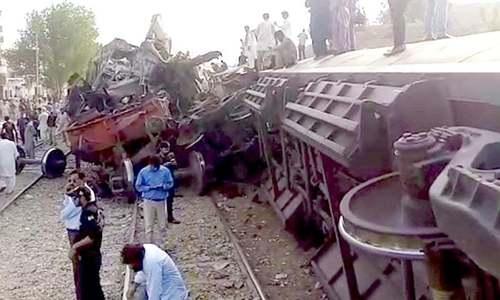 حیدر آباد کے قریب مسافر ٹرین کی مال گاڑی کو ٹکر، 3 افراد ہلاک