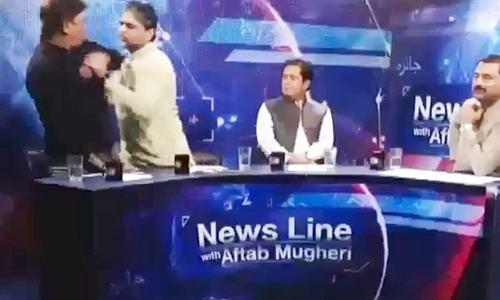 تحریک انصاف کے رہنما کا لائیو پروگرام میں کراچی پریس کلب کے صدر پر تشدد