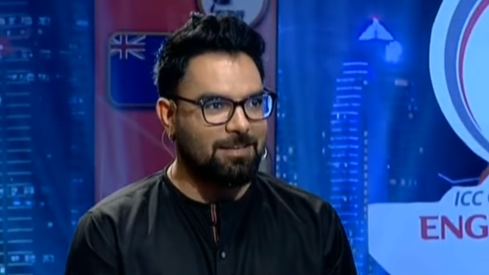 Yasir Hussain says he never made a crass joke at the 2017 Hum Awards, except he did