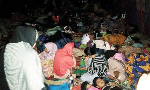 2 die, thousands flee after 7.3 quake in Indonesia