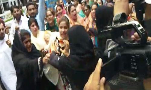 کراچی: مطالبات کے حق میں نرسز کا احتجاج، وزیر اعلیٰ ہاؤس جانے پر پولیس کا ایکشن