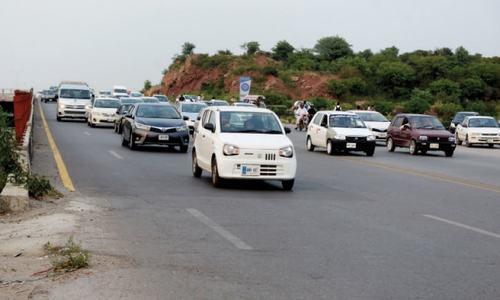 Misleading lane markings on Kashmir Highway endanger motorists
