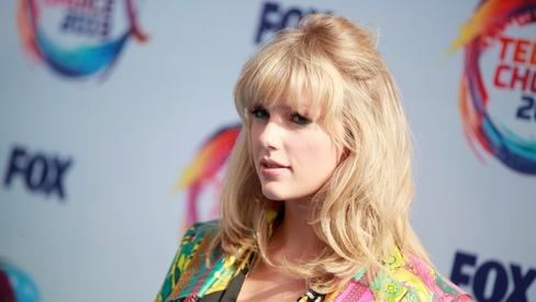 Taylor Swift helps a Pakistani student in Canada by sending her tuition money
