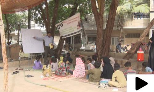 کراچی میں خانہ بدوش بچوں کے لیے چھپر اسکول